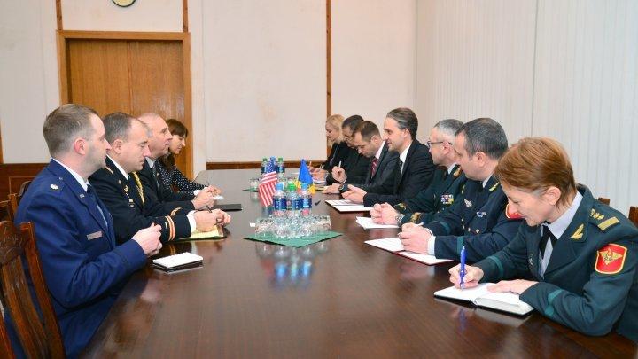 Евгений Стурза встретился с послом США в Молдове Джеймсом Петтитом