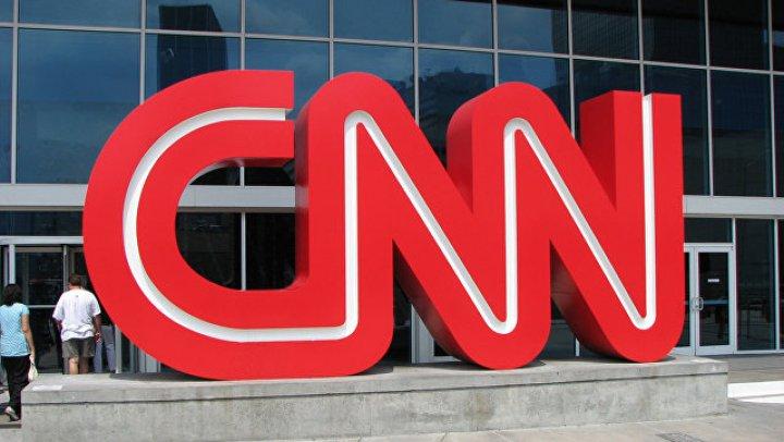 """В США школьнику запретили пойти на экскурсию в CNN в футболке """"Fake news"""""""
