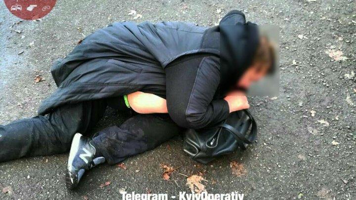 В Киеве пьяная женщина-водитель выпала из машины и уснула на асфальте