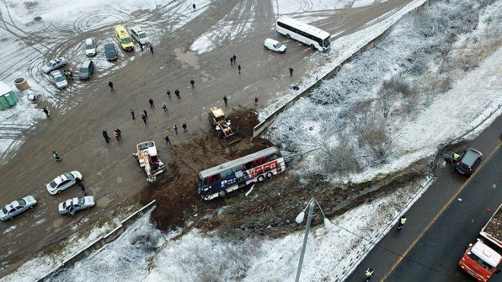 Видео с места ДТП в Подмосковье, где пассажирский автобус опрокинулся в кювет