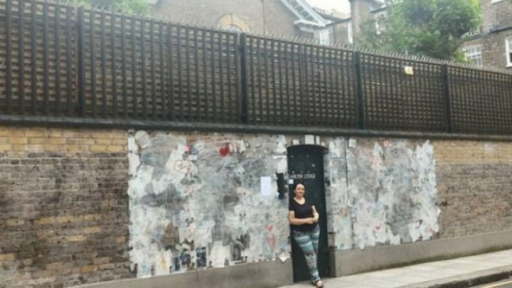 Подруга Фредди Меркьюри уничтожила записи фанатов на стене дома, где он умер