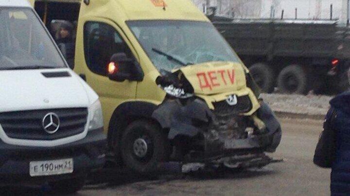 ДТП в Чебоксарах: водитель маршрутки не уступил дорогу школьному автобусу, пострадали 10 детей