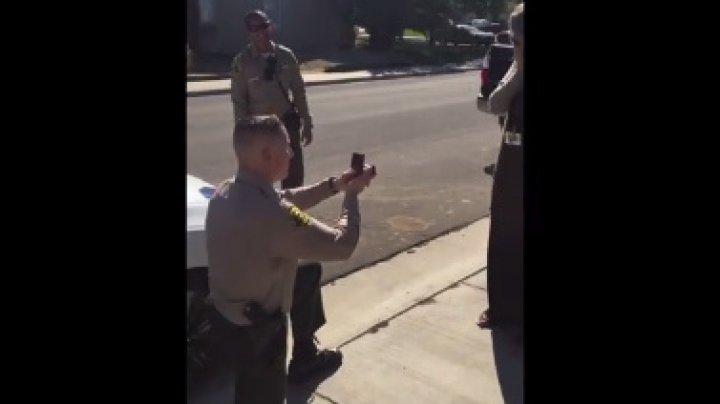 Полицейский остановил девушку за пьяное вождение и сделал ей предложение: видео