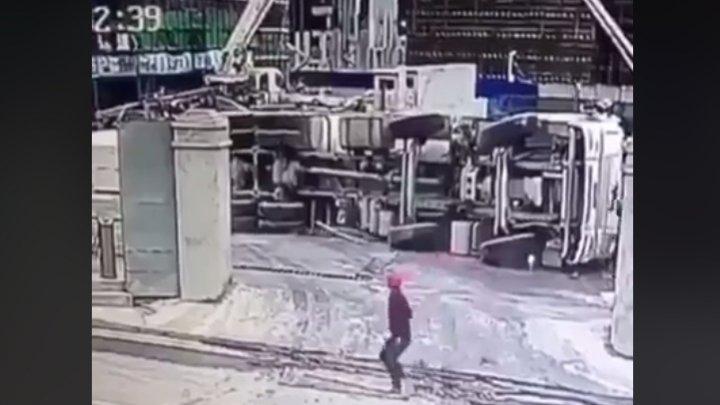 Бетономешалка упала с высоты 67 метров, но водитель чудом остался жив: видео