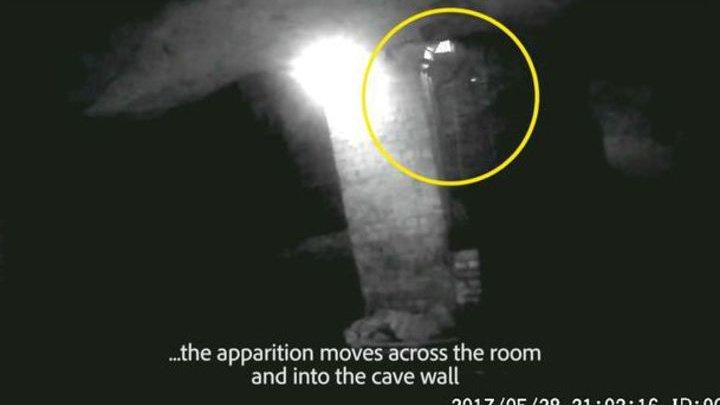 В британской пещере запечатлели проходящего сквозь стену призрака