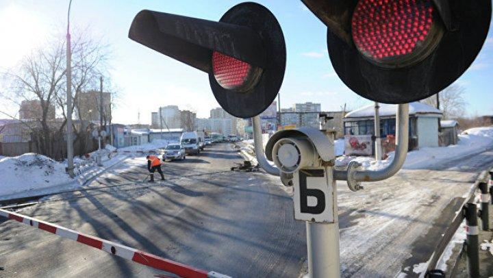 В Саратовской области джип столкнулся с поездом, два человека погибли