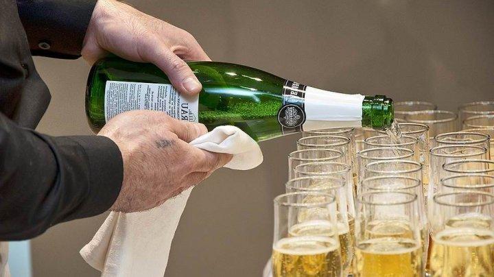 На борту рейса из Москвы устроили дебош из-за шампанского