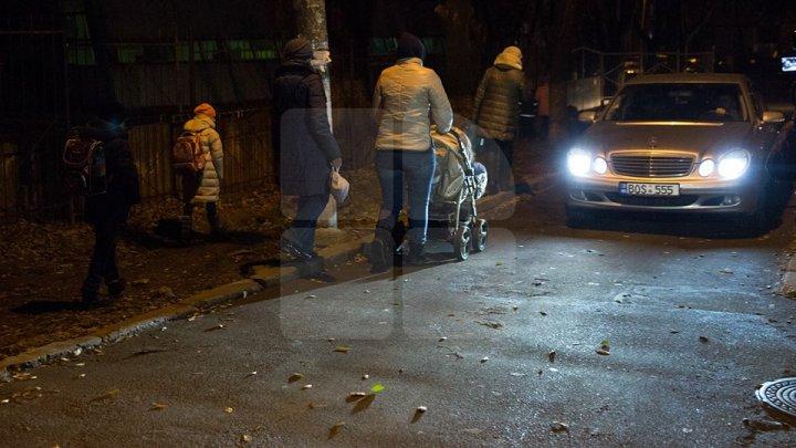 Фоторепортаж: Жители Рышкановки рискуют попасть под колёса, выходя из дома