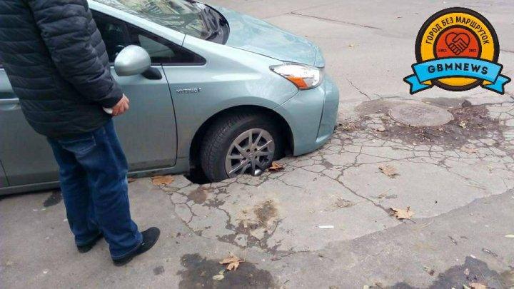 В центре Кишинёва под автомобилем провалился асфальт: фото