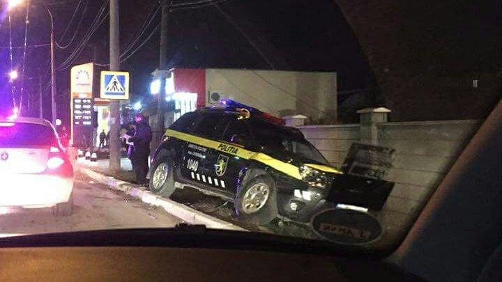 Полицейский автомобиль попал в аварию под Дурлештами: фото