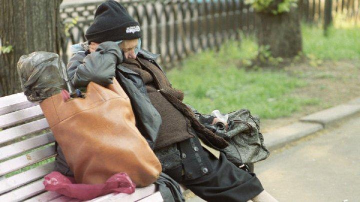 Бездомный несколько часов стоял под дождём, охраняя забытые деньги в авто