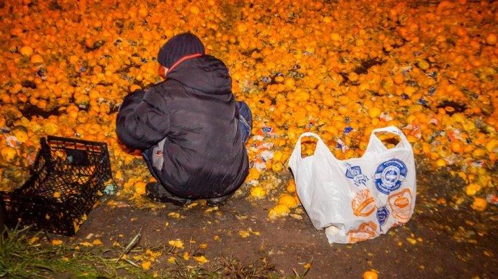 Праздник к нам приходит: В Днепре трассу засыпало мандаринами