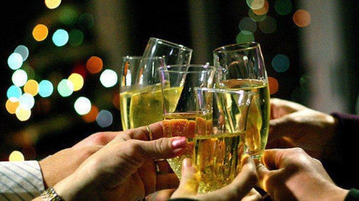 Врачи рассказали, как правильно открывать шампанское