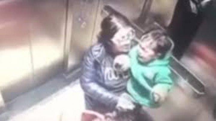 Няня жестоко избила малыша через мгновения после прощания с мамой (видео)