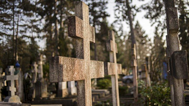 Лишенная дома пенсионерка поселилась на могиле сына