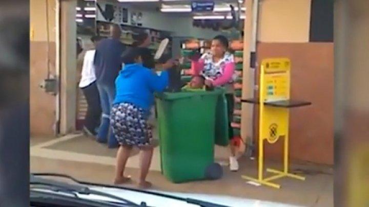 В ЮАР женщины поступили с оскорбившим их мужчиной как с мусором