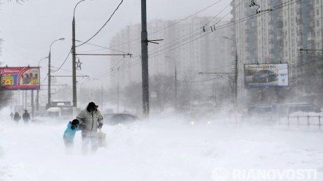 Снежные торнадо и километровые заторы: Непогода бушует во всём мире
