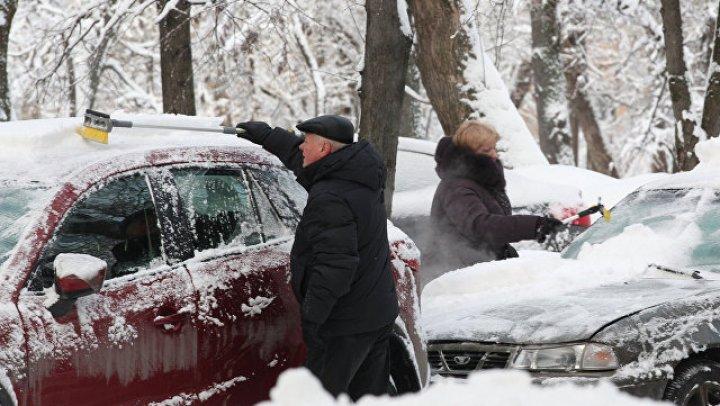На Сахалине около 100 автомобилей застряли в снегу