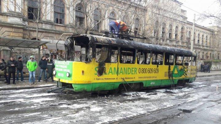 В Одессе загорелся на ходу трамвай: пассажиры выпрыгивали из окон (видео)