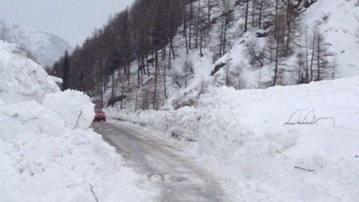 Туристов вгорах Италии вывозят навоенных вертолетах из-за лавин
