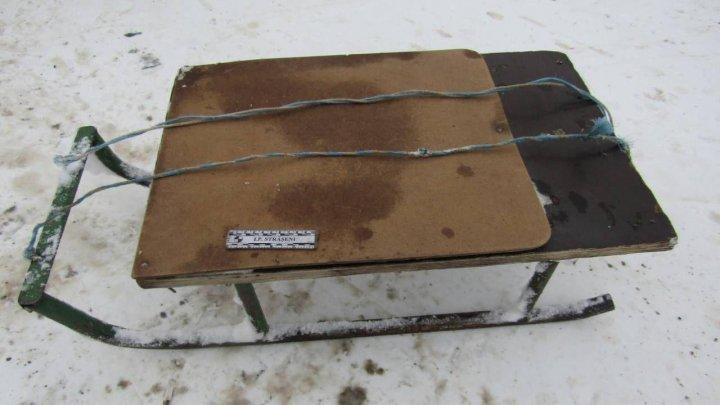 Ребенок, катаясь на санках, попал под колеса автомобиля в Страшенах: фото