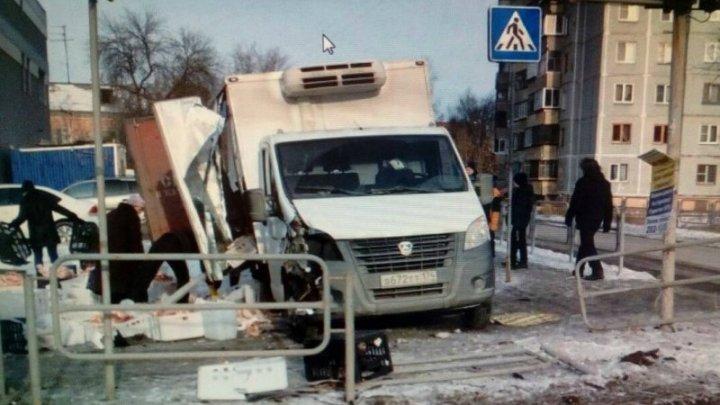 Пенсионеры расхватали колбасу и пельмени, рассыпавшиеся после столкновения грузовиков: видео