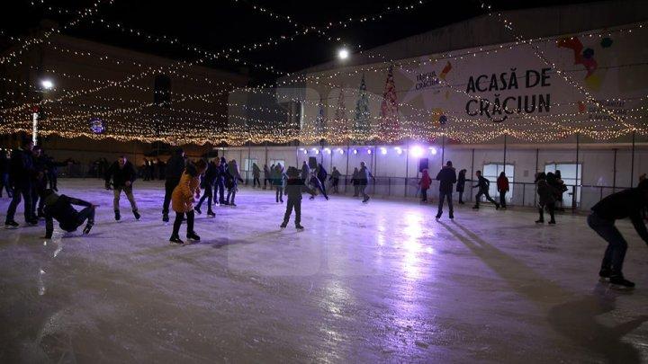 Хоккеисты из лицея «Глория» тренируются на катке, расположенном на Рождественской ярмарке