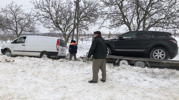 Минивэн, перевозивший на трале кроссовер из Германии съехал в кювет в Ниспоренах