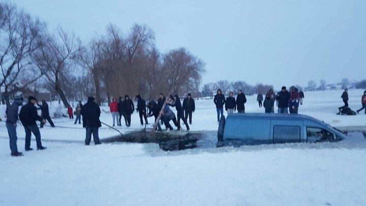 Машина провалилась под лёд в Сынжерейском районе: фото