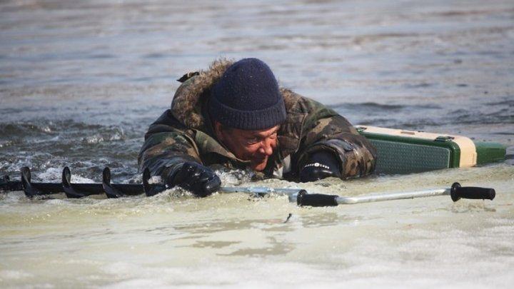 Пенсионер провалился под лед и сам позвонил спасателям