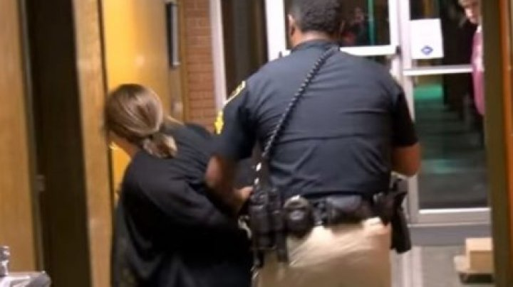 В США учительницу арестовали после жалобы на зарплату (видео)