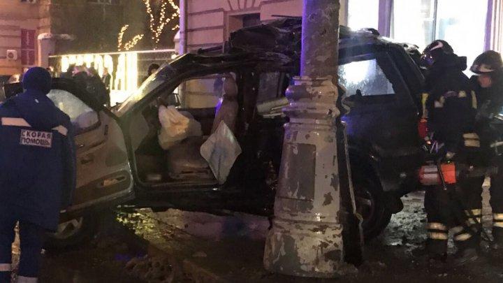 Автомобиль влетел в автобусную остановку на севере Москвы