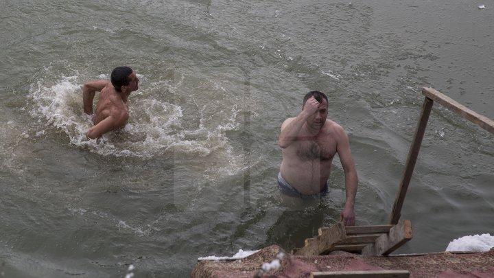Сотрудники пограничной полиции окунулись в Прут: фото