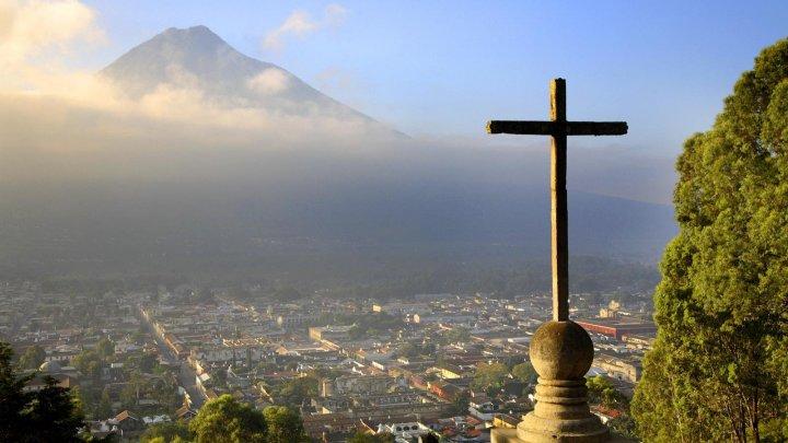 В Гватемале автобус с пассажирами упал в пропасть, есть погибшие