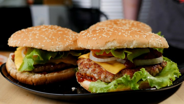 Учёные рассказали, как от гамбургеров развиваются страшные болезни
