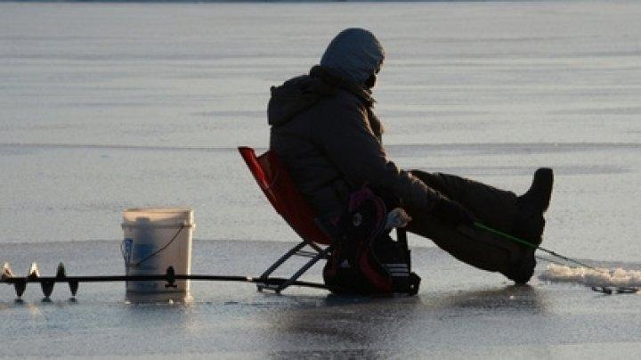 Рыбак вмерз в лед на Волге