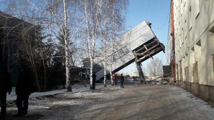 В Башкирии рухнул надземный переход: видео