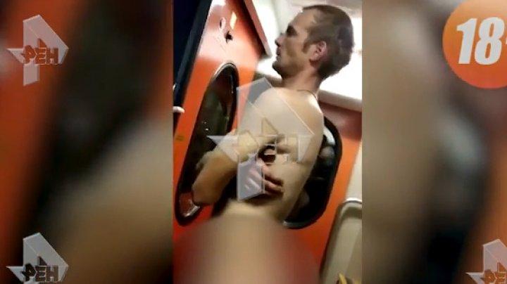 Голый мужчина терроризировал проводника в поезде: видео (18+)