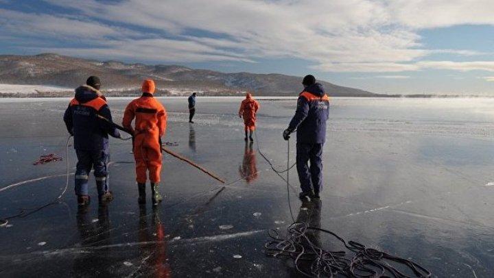 На Сахалине отрезанные от берега рыбаки соорудили мост, чтобы вернуться на берег (видео)