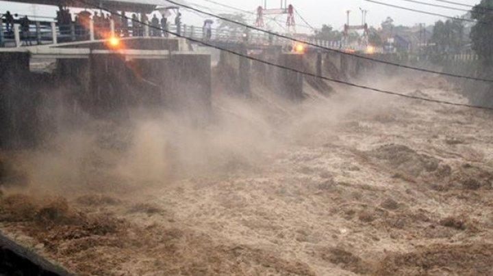 В Индонезии из-за наводнения эвакуируют тысячи людей