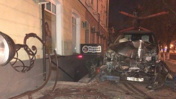 Автомобиль вылетел на тротуар и снес столб в Тюмени: видео