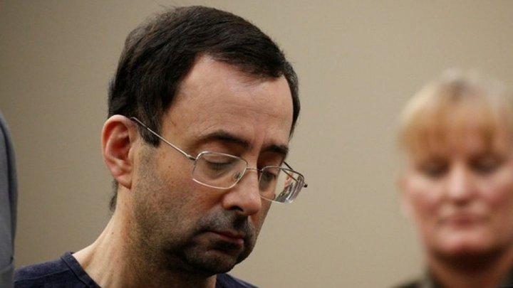Отец трёх жертв насильника из сборной США напал на него в зале суда (видео)