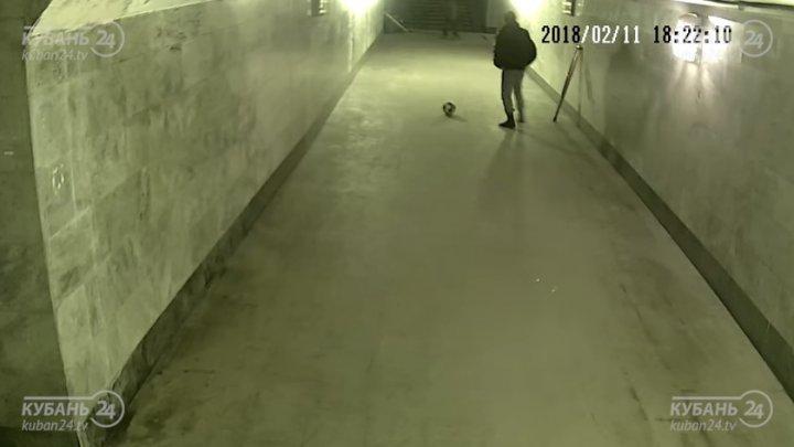 В Краснодаре попрошайки на костылях сыграли в футбол, пока в переходе никого не было (видео)