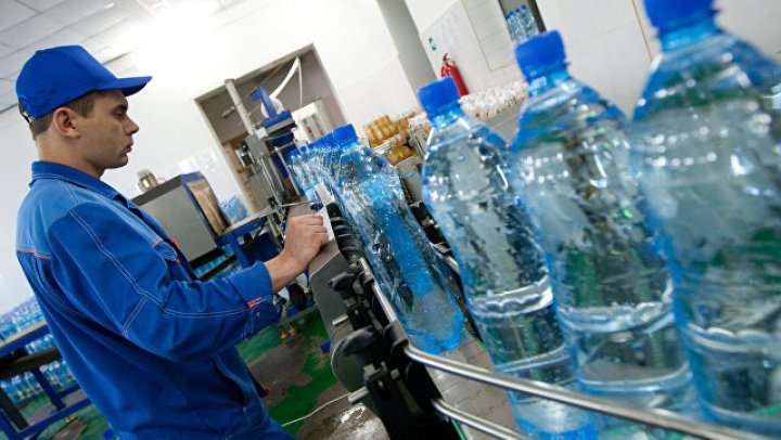Названа доза пластика, попадающая в организм с бутилированной водой