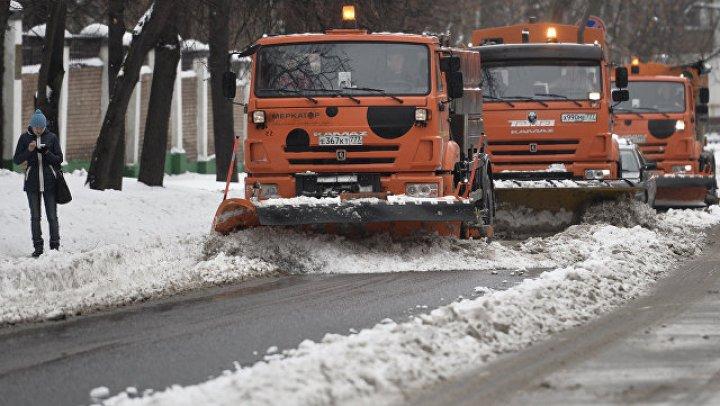 Ямы на смоленской дороге залатали снегом: видео