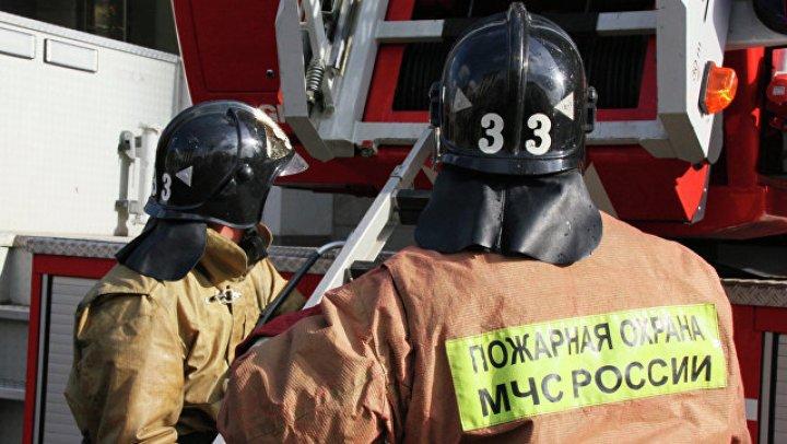 Застрявшего на крыше детской площадки ребенка сняли спасатели