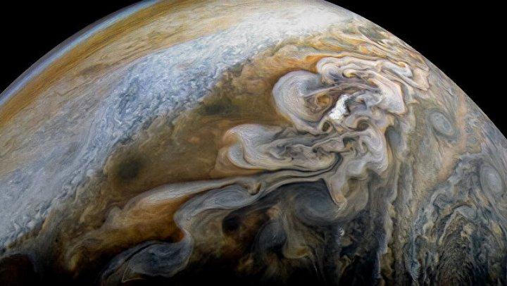 Зонд НАСА нашел странные аномалии в жизни Большого красного пятна Юпитера