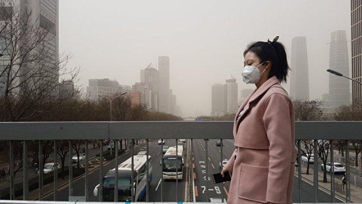 Маски и песок: в Пекин пришел весенний смог