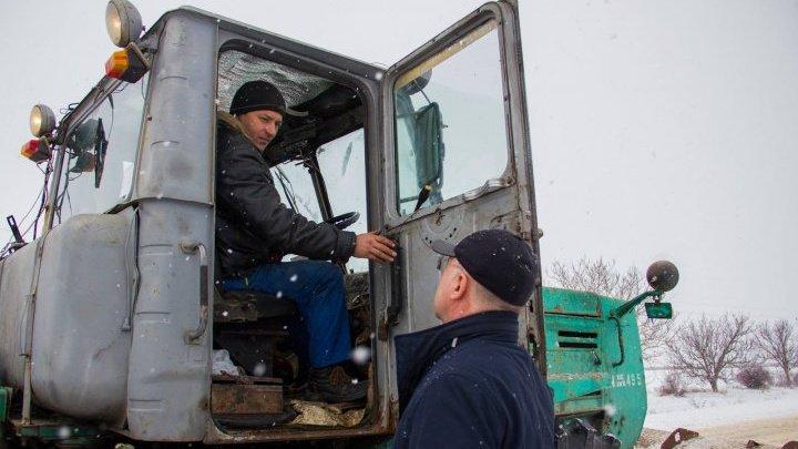 Павел Филип лично следит за уборкой снега на дорогах страны: фото