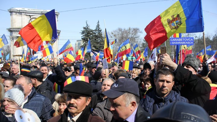 Сторонники объединения Молдовы и Румынии собрались в центре Кишинева: фоторепортаж